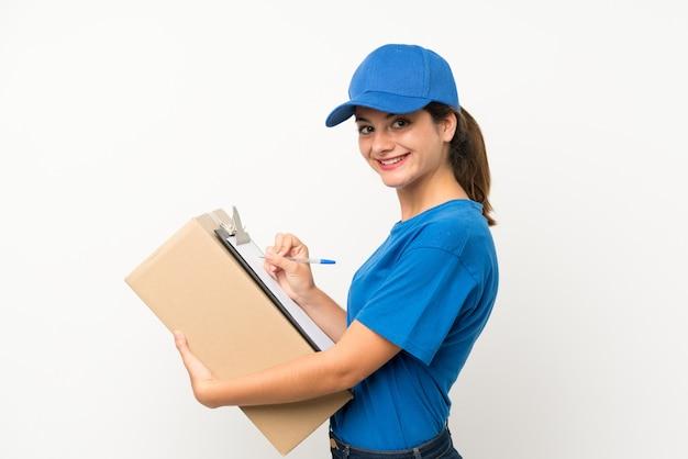 Garota jovem entrega sobre parede branca isolada