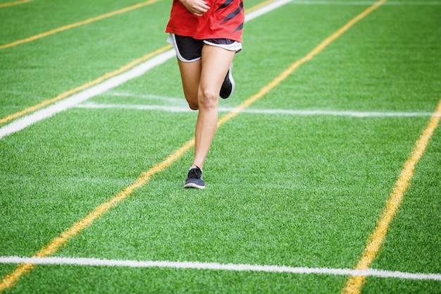 Garota jovem esporte correndo no campo de esporte