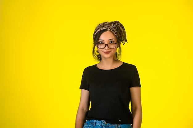 Garota jovem estilo hippie em óculos.