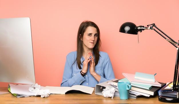 Garota jovem estudante planejando algo