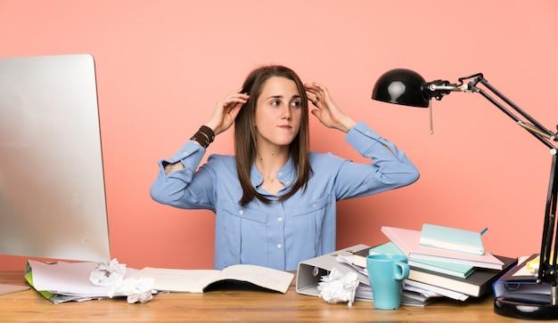 Garota jovem estudante tendo dúvidas e pensando