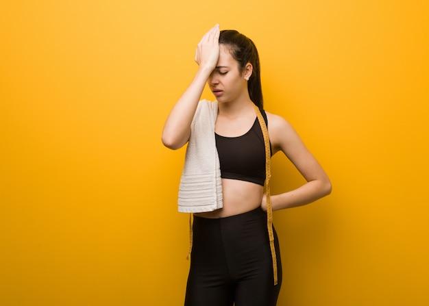 Garota jovem fitness esquecido, perceber algo