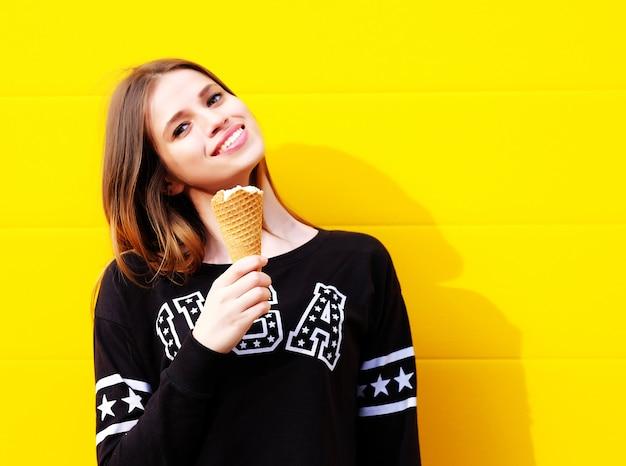 Garota jovem hippie com sorvete