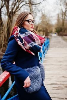 Garota jovem hippie usar casaco, cachecol e óculos