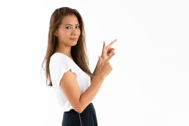 Garota latina sorridente compartilhando ofertas especiais de varejo