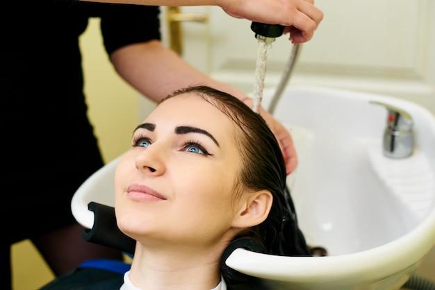 Garota lava a cabeça de uma linda garota