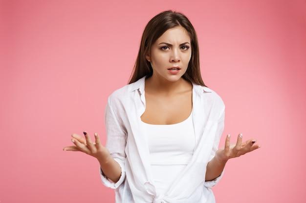 Garota legal não entende o que está acontecendo, agitando as mãos