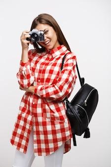 Garota legal no olhar fresco da primavera, segurando a mochila de couro preto