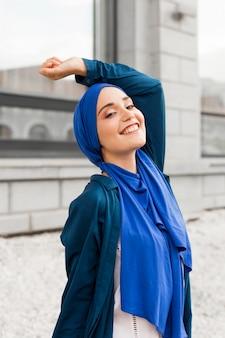 Garota linda com hijab posando ao ar livre