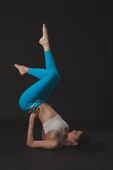 Garota linda desportiva yogi pratica yoga asana