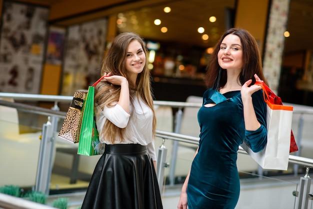Garota linda e feliz fazendo compras no shopping