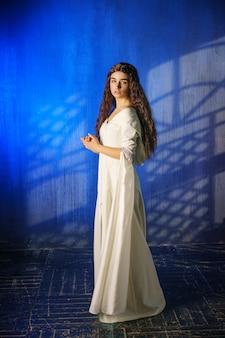 Garota linda em um vestido longo, freira