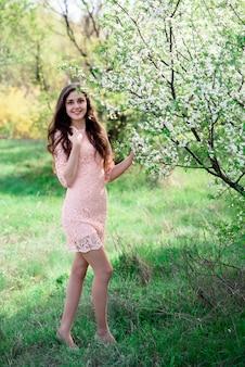 Garota linda em um vestido rosa.