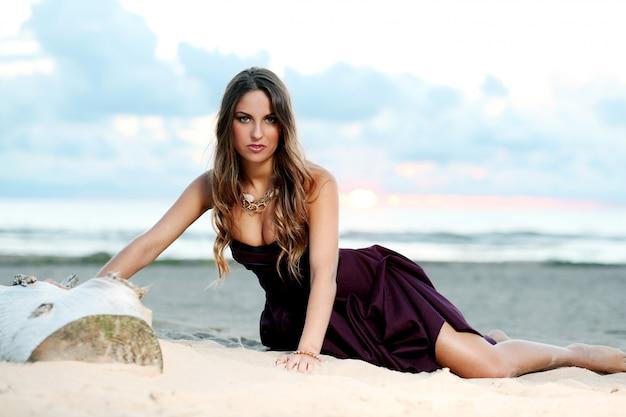 Garota linda em um vestido