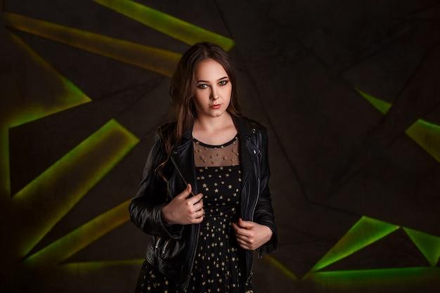 Garota linda em uma jaqueta de couro