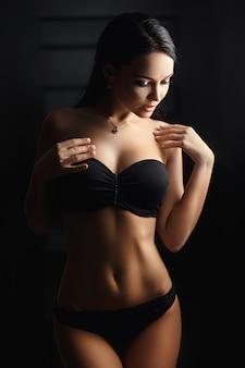 Garota linda em uma lingerie preta sexy