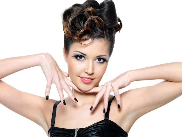 Garota linda glamour com unhas pretas. maquilhagem de olhos fashion
