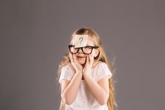 Garota lisonjeada com nota auto-adesiva