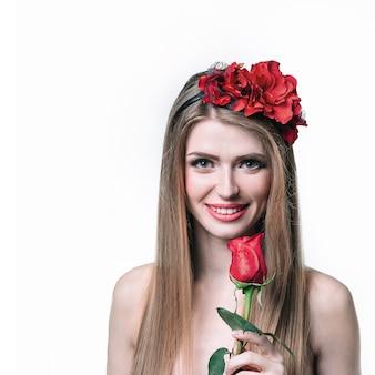 Garota loira atraente com rosa vermelha. isolado em fundo branco