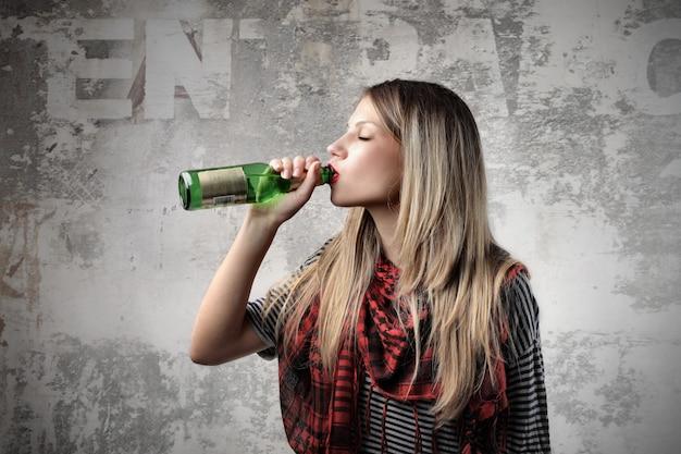 Garota loira bebendo cerveja