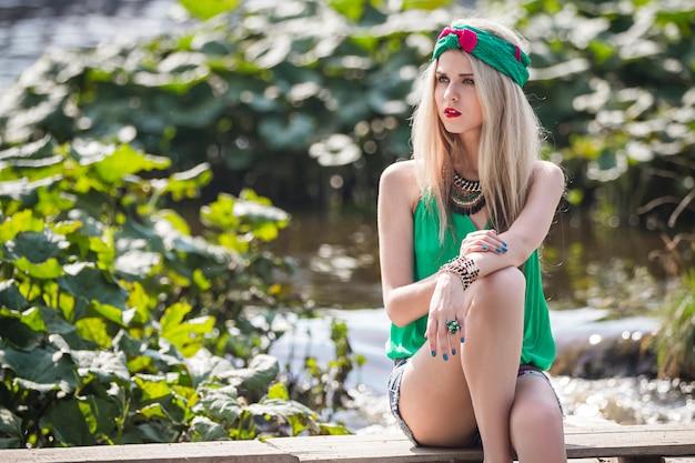 Garota loira bonita atraente em calções caminha