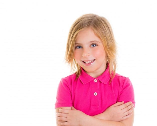 Garota loira criança com retrato sorridente de t-shirt cor de rosa