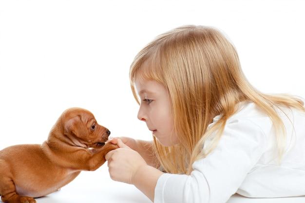 Garota loira crianças com pinscher mini cachorro filhote de cachorro