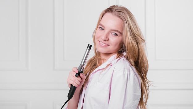 Garota loira cuidando de seu cabelo