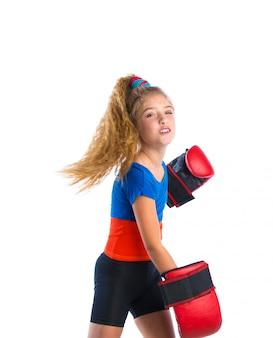 Garota loira de boxer garoto com luvas de boxe engraçadas