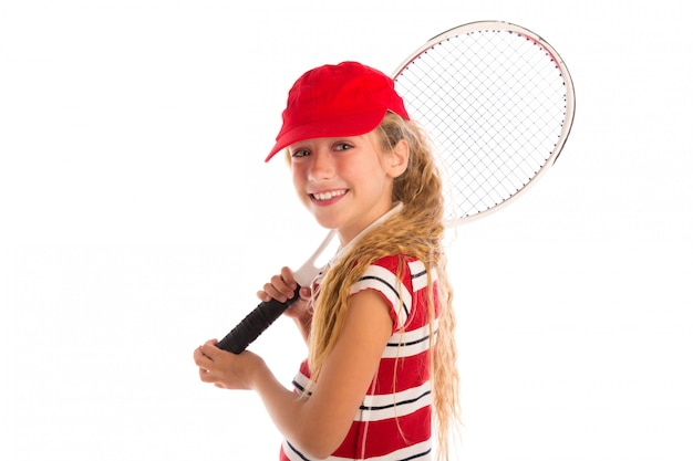 Garota loira de tênis com almofada e boné vermelho sorrindo