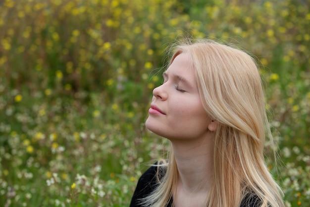 Garota loira e bonita, curtindo a natureza