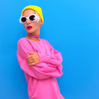 Garota loira em acessórios de moda boné de gorro