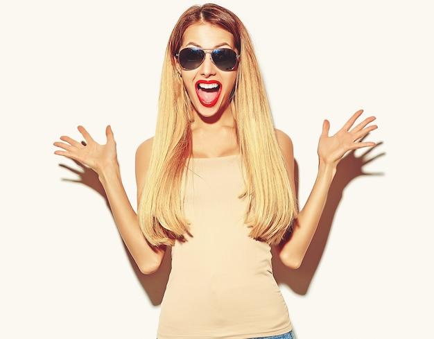 Garota loira em roupas de verão casual hipster