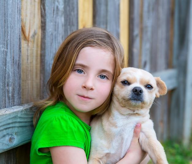 Garota loira feliz com seu retrato cachorrinho chihuahua