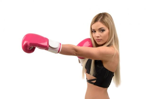 Garota loira linda jovem boxe posando com luvas