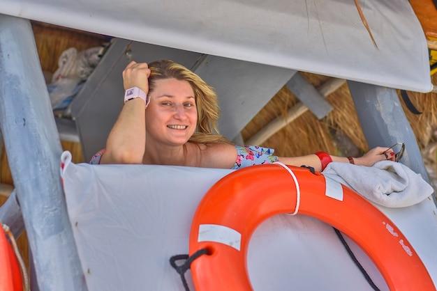 Garota loira sexy de resgate na praia mexicana