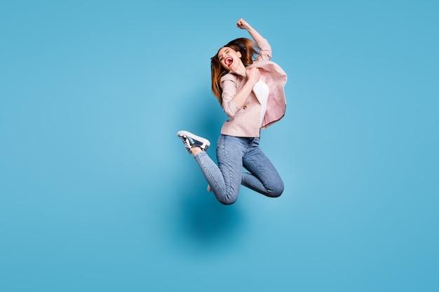 Garota louca e cheia de funky pular, vencer, levantar os punhos, gritar