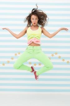 Garota louca em roupas esportivas coloridas glamour moda modelo moda e beleza garota hipster