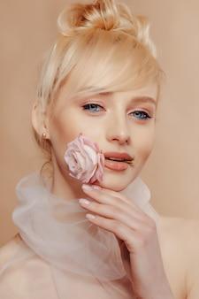 Garota muito atraente, com cabelos loiros, moda, tiro, rosa, fundo simples