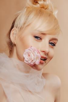 Garota muito atraente, com cabelos loiros, moda tiro, rosa, fundo simples