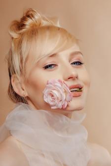 Garota muito atraente com cabelos loiros, moda, tiro, rosa