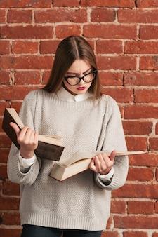 Garota muito esperta lendo dois livros ao mesmo tempo