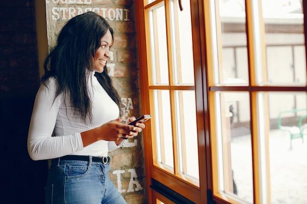 Garota muito negra em um café