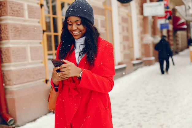 Garota muito negra no inverno