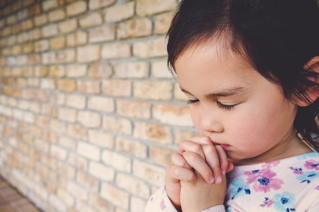 Garota multiétnica rezando, garoto, criança rezar conceito
