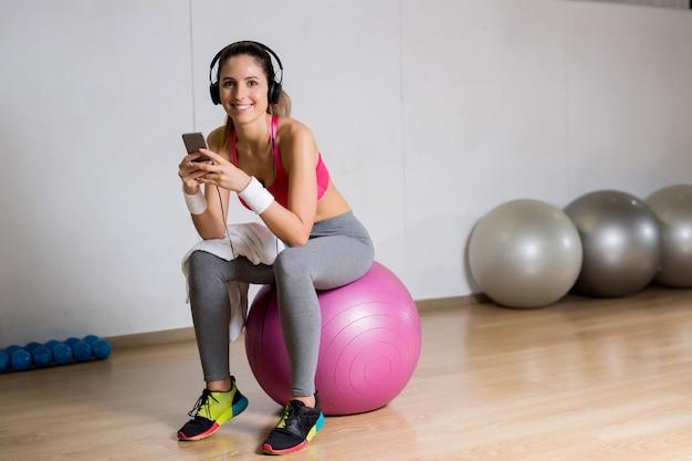 Garota na bola de fitness