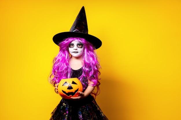 Garota na fantasia de halloween bruxa