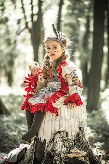 Garota na fantasia de índio americano