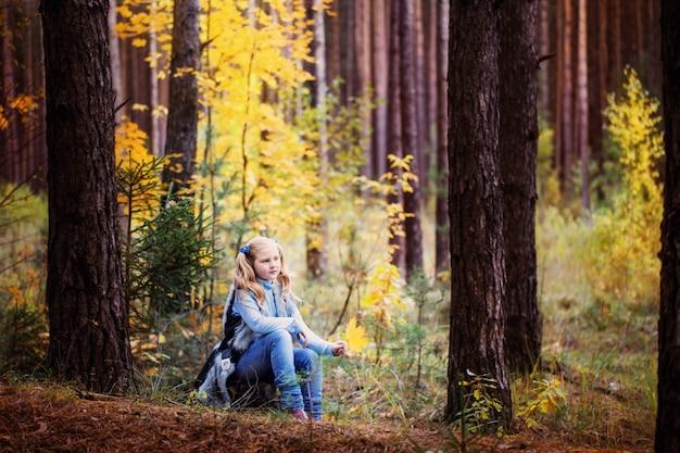 Garota na floresta de outono