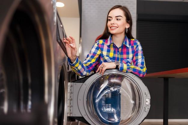 Garota na lavanderia pública.